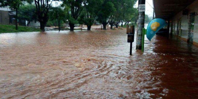 Bombeiros de Ceres são acionados para atendimentos de defesa civil devido às fortes chuvas
