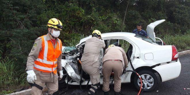 Corpo de Bombeiros Militar em Uruaçu atua em  acidente entre caminhão e carro na BR-080