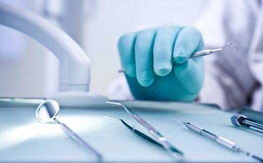 Juiz condena dentista a indenizar paciente por falha na extração de dente