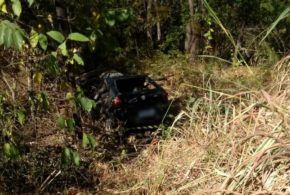 PRF localiza veículo acidentado com um corpo em decomposição preso dentro do carro