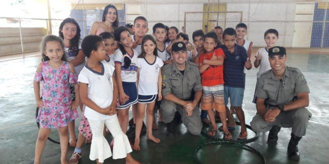 Polícia Militar promove descontração e alegria com crianças das escolas de Campinorte